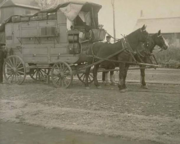 Peddler E.H. Farrell with his cart, 1910
