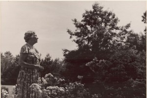 Helen Keller in her garden at Arcan Ridge, Easton