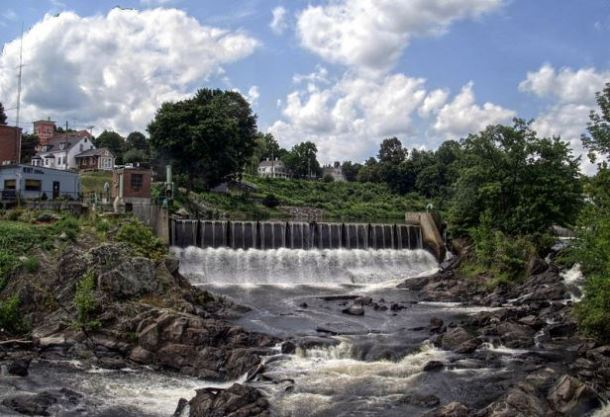Dam at Cargill Falls on the Quinebaug River in downtown Putnam - Photograph by User:Pi.1415926535 on Wikimedia Commons (CC-BY-SA 3.0)
